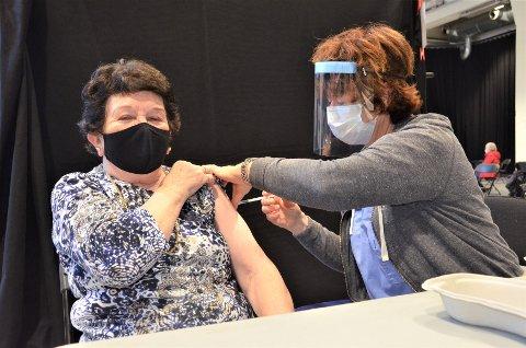 BARE VIKTIG LITE STIKK: Laila Borge (86) fikk den første dosen av koronavaksinen av sykepleier Torunn Eia i Sliperiet onsdag.
