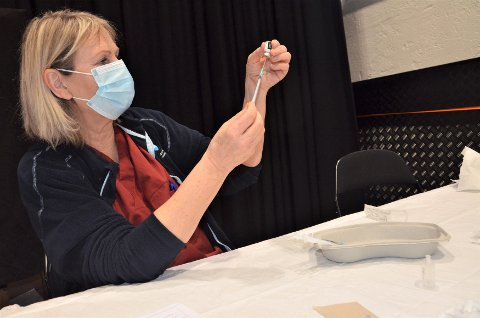 KLARGJØR: Liv Råd sørger for at vaksinesprøytene gjøres forskriftsmessige klare til bruk i Sliperiet.