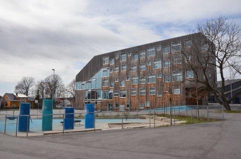 SMITTET: Elever ved tre skoler og en barnehage ble torsdag kveld registrert smittet av korona. En av dem ved Mesterfjellet skole.