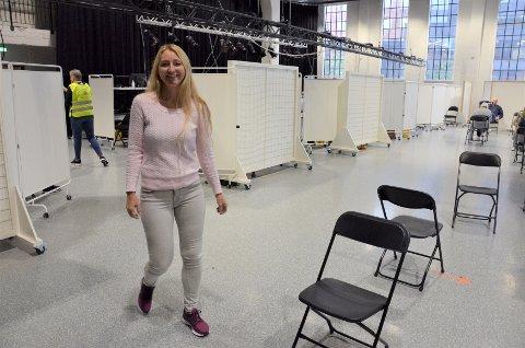 LYKKELIG: Fungerende rektor i kulturskolen, Cecilie Lindflaten smiler bredt om dagen. Pressverksalen i Sliperiet kan igjen brukes til arrangementer og elever strømmer til skolen igjen.