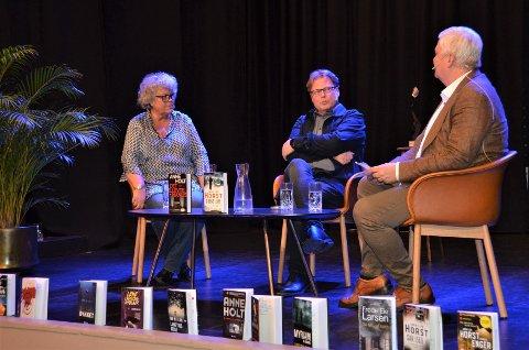 HYLLET FESTIVALEN: Anne Holt og Jørn Lier Horst blir her bokbadet av Per Erik Buchanan Andersen.  Begge forfatterne sa til avisa at festivalen i Larvik er en svært viktig festival for krimlitteraturen.