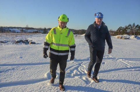 STARTKLARE: Morten Riis-Gjertsen, til venstre, har nå skrevet kontrakt med Frank Duvholt i Marthinsen og Duvholt, og snart er det anleggsstart på Amundrød industriområde.