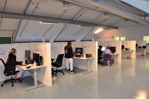 HEKTISK: De ansatte som betjener smittetelefonen på Gjærdal har det svært hektisk torsdag. Det er nå stor pågang.