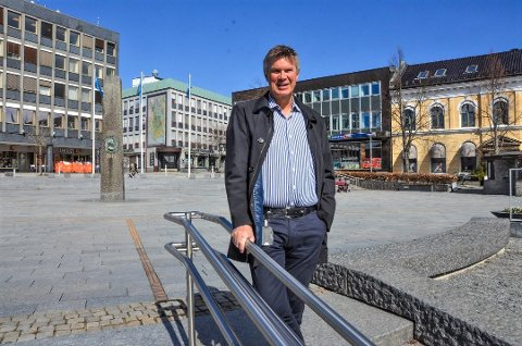 IKKE REIS TIL GRENLAND: Ordfører Erik Bringedal oppfordrer alle til å bli mest mulig hjemme, og ikke besøke butikker i Grenland som holder åpne når det strammes inn i Larvik.