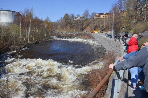 POPULÆRT: Svært mange mennesker hadde samlet seg på Farriseidet, i Hammerdalen og nederst ved Sanden for å få med seg den spektakulære flomtesten tirsdag.