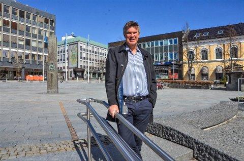 TROR PÅ LETTELSER: Ordfører Erik Bringedal håper og tror at det blir lettelser i smitteverntiltakene i Larvik fra mandag.