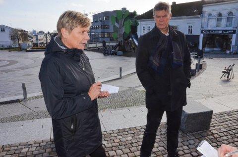 KOMMUNALSJEF: – Ett eller to nye tilfeller om dagen må vi nok regne med også framover, sier Guro Winsvold, her fotografert sammen med ordfører Erik Bringedal under et ØP-intervju tidligere i år.