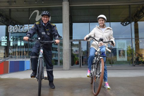 VIKTIG: Sykkelen blir viktig når arbeidet med Bypakke Larvik nå skal i gang. Det er både politistasjonssjef Tor Eriksen og miljøvernrådgiver Regine Merethe Hildre (her med mobilitetsuke-maskot Miljørn) enige om. Torsdag fikk de testet elsykkel ved Bølgen.