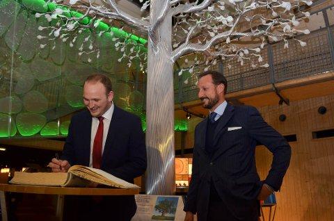 I GJESTEBOKA: Statsråd Jon Georg Dale og kronprins Haakon skrev i gjesteboka på Skogmuseet for å dolumentere at de hadde vært til stede på åpningen av Det fantastiske treet. (Foto: Bjørn-Frode Løvlund)