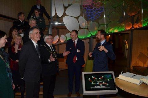 GOD STEMNING: Det var god stemning da Det fantastiske treet ble åpnet. Fra venstre museumsdirektør Stig Hoseth, ordfører Erik hanstad, statsråd Jon georg Dale og kronprins Haakon. (Foto: Bjørn-Frode Løvlund)