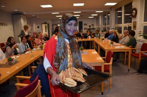 SERVERTE: Ramlo Muqtar hadde serverte  deilige sambosa som hun og mor hadde laget til deltakern epå kvinnekafeen.
