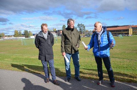 FORKLARER: Folkehelsekoordinator Roy Heine Olsen (til høyre) forklarer planene for varaordfører Arnfinn Uthus. Til venstre rpdmann Kristian Trengereid.