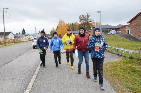 PÅ HANSTAD Ut fra skolen for å samle inn penger på rode 15 på Hanstad. Fra venstre: Yoel Gabre, Arne Elsethagen, Tove Heidi Elsethagen, Hege og Eirik Sjøløkken. Bildet er fra TV-aksjonen 2016