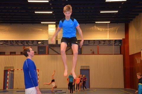 Sigurd Vingelsgaard flyr høyt i Tynset turn og gym. Trener Magnus Fiskvik følger nøye med.