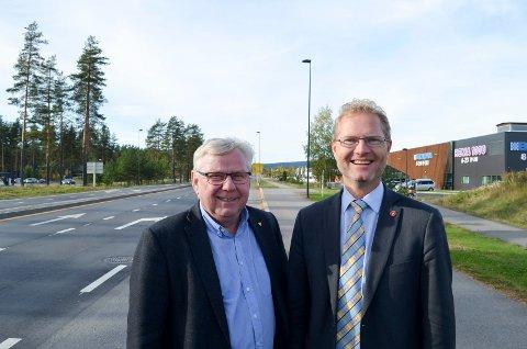 VEGGLEDE: Ordfører Erik Hanstad (H), t.v., og stortingsrepresentant Tor André Johnsen (Frp) gleder seg stort over at det blir bygd firefelts veg langs Terningmoen i 2017. (Foto: Bjørn-Frode Løvlund)