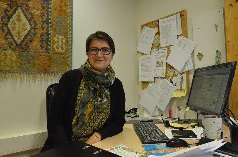 DELER UT PRISEN: Ester Borg Rasmussen på Trysil frivillighetssentral deler ut prisen som går til Bodil Galaasen.