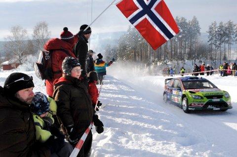 DRØMMEFORHOLD: Strålende sol, høye brøytekanter og issåle i veiene venter førerne i Rally Finnskog lørdag.