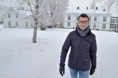 Gunnar Aakrann Eek foran den staslige hovedbygningen på Gaarder.