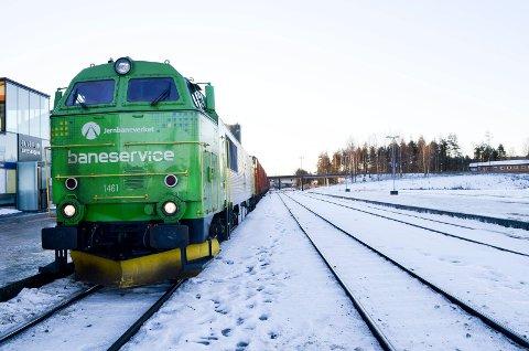 NY ORDNING: Jernbaneverket blir fra årsskiftet splittet opp i Bane Nor og Jernbanedirektoratet. Her et motiv fra Elverum stasjon. (Foto: Bjørn-Frode Løvlund)