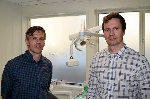 NY EKSPERTISE: Tannlege Einar Hartz (til venstre) er glad for at kirurg Erik Bie nå er på plass med egen oralkirurgisk klinikk i Elverum. (Foto: Bjørn-Frode Løvlund)