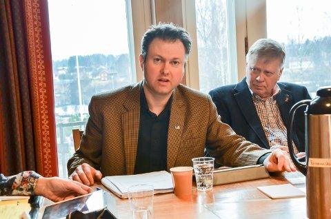 MED SP: Yngve Sætre (til venstre)  har fått hele Høyre med på å stemme for varaordfører Arnfinn Uthus' forslag om å velge alternativ 0+ i vegsaken.  Til høyreArne Sigstad som lenge var for ny bru av beredskapshensyn