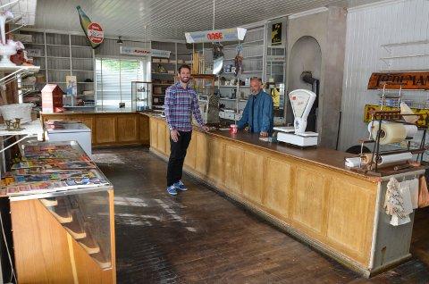 Småbruket Holmsgård i Grue er til salgs. Nedlagt landhandleri i førsteetasjen. Eiendomsmeglerfullmektig Bjørn Erik Sørensen og selger Øystein Sætre. Juni 2016.