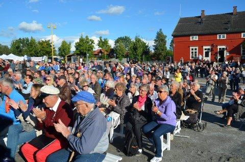 POPULÆRT: 2016-utgaven av Pultost- og akevittdagene i Løten nærmer seg med stormskritt. Her fra fjorårets folksomme åpning i strålende solskinn. Foto: Merete N. Netteland