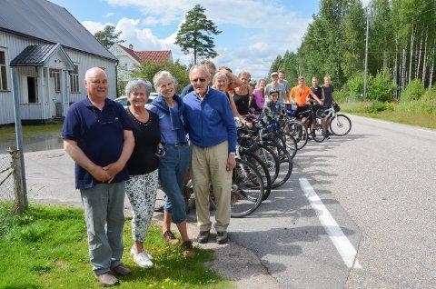 HISTORIE: Terje Lund (til venstre) inviterte tremenning Anne Marie Sæter, Vibeke Hærem Østmoe, Odd Østmoe og etterkommerne deres inn på Jømnvang for å høre historien om dere forfar Ole Østmoe, industrigründer på Jømna.