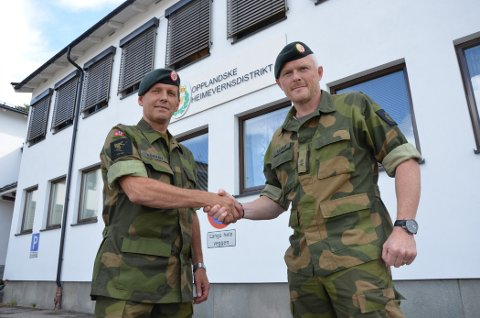 NY SJEF: Tore Ketil Stårvik (til høyre) er Per-Ivar Normans arvtager som sjef for Opplandske Heimevernsdistrikt (HV-05). Foto: Vegard Sandberg