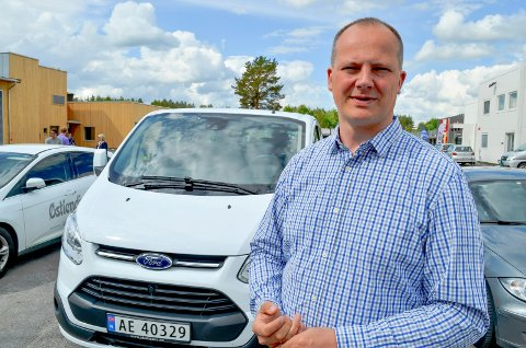 KAN ORDNES PÅ NETT: Samferdselsminister Ketil Solvik-Olsen (Frp), her på Elverum trafikkstasjon, sier at det nå blir enklere å ordne kjøp og salg av bil på nett. (Foto: Bjørn-Frode Løvlund)