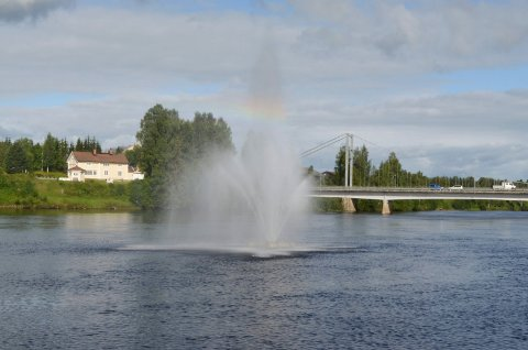 ØDELAGT: Fontenen i Glomma har gledet folk i Elverum i mange år, men nå er den ødelagt. (Foto: Nils Henning Vespestad)