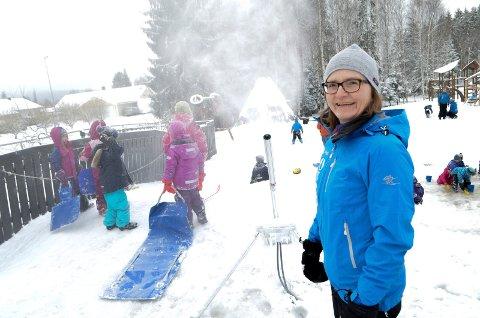 OMMERÅPENT: Daglig leder Marie Aalen i Hakkebakkeskogen naturbarnehage på Hanstad i Elverum sier at så lenge barnehagen drives av foreldre, så vil det ikke stenges om sommeren.