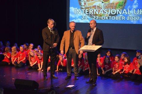 VELDIG HYGGELIG: Dekan, Sven Inge Sunde, mottok prisen Årets Internasjonale elverumsing 2017.