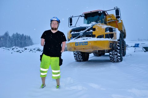 DRØMMEJOBB: Ole Christian Liljedahl Johansen fra Elverum er født med manglende lemmer - og har nå fått fast jobb som maskinfører hos Gjermundshaug. - En drømmejobb. Det er viktig å ikke gi opp, sier 18-åringen foran dumperen.