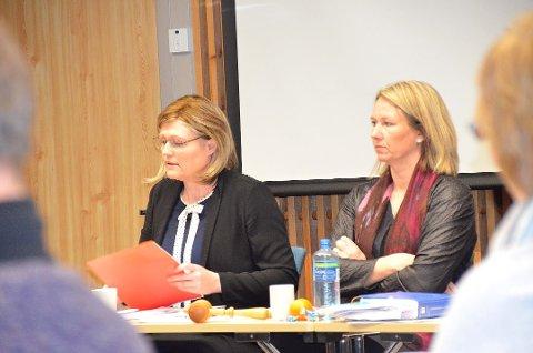 Varaordfører Tone Hagen (Ap) t.v., mener budsjettforhandlingene er ansvarlig politikk. Foto: Eirik Røe