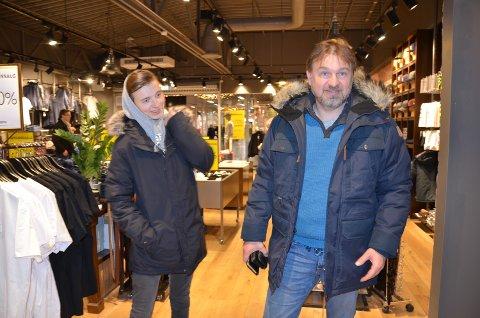 NY JAKKE: Halvor Sveen og sønnen Mikael var innom Brandstad på Kremmertorget og handlet jakke.