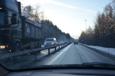 LANGE KØER: Det oppsto raskt lange køer på E6. (Foto: Jan Rune Bakkelund)