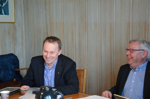 GLADE: Brede smil for godt resultat: Rådmann Kristian Trengereid (til venstre) og ordfører Erik Hanstad