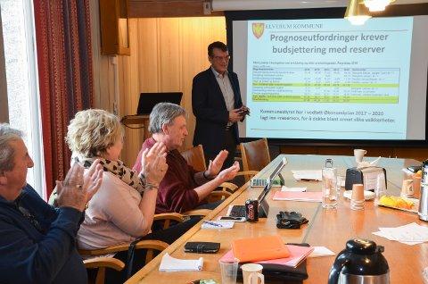SISTE ÅRSRESULTAT: Stein Aas fikk applaus etter å ha lagt fram sitt siste årsresultat som økonomisjef i Elverum kommune.