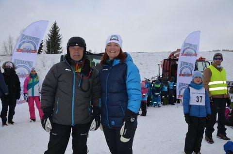 FEIRING: Jan Linstad i Skistar og Gudrun Sanaker Lohne i DT tok i mot 470 barneskoleelever i Trysilfjellet mandag morgen.