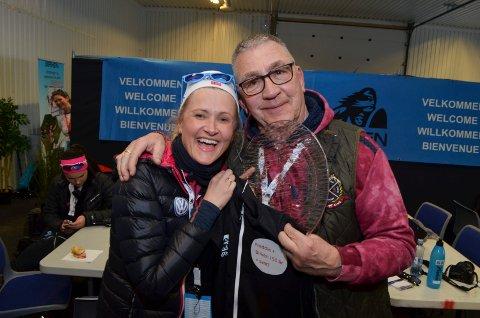 HEDRET: Freddie Øvergaard fra Elverum hedret for 50 års journalistisk virke i Birken. Her med presseansvarlig Randi Bolstad.