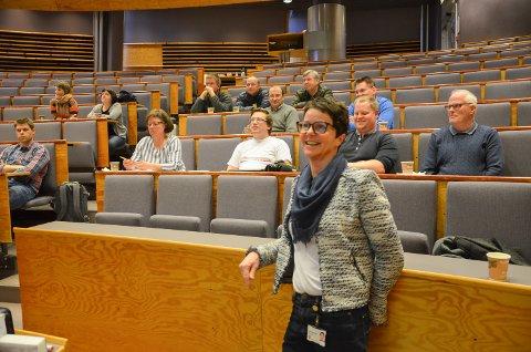 BREDBÅND: Service- og IKT-sjef Heidi Nordermoen holder møter i alle grender der det står fiberutbygging for døra. Her fra et møte med ildsjeler i alle grender tidlig i fjor.