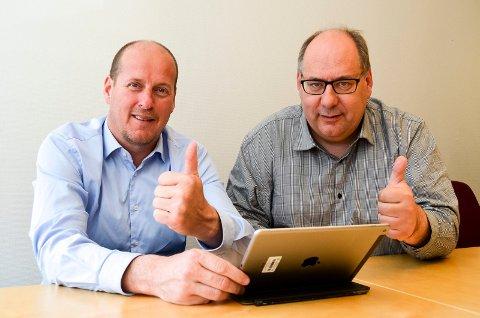 TOMMEL OPP: Fylkesråd Thomas Breen (til venstre) og fylkesrådsleder Per-Gunnar Sveen gir tommel opp for bredbånd og setter av ytterligere 10 millioner kroner til bredbåndsutbygging i Hedmark. (Foto: Bjørn-Frode Løvlund)