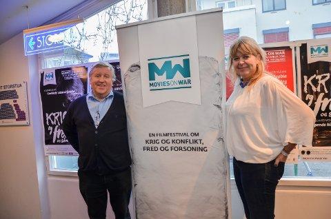 FÅR STØTTE: Filmfestivalen Movies on War, her representert ved Jan Erik Holst og Mona Pedersen, får 200.000 kroner i støtte fra Hedmark fylkeskommune til arrangementsutvikling.