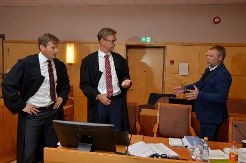 ULVESAKEN: Svein Ove Nordsveen i del to i ulvesaken i Eidsivating lagmannsrett. Til venstre aktor Inge Svae-Grotli og forsvarer Jørn Mejdell Jakobsen. Nå er dommen endelig.
