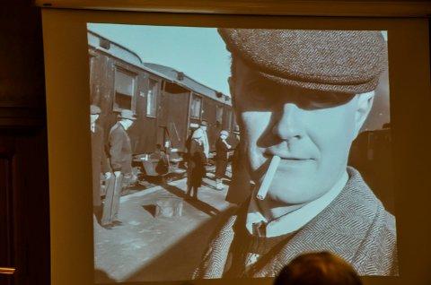 Fra filmen: Ingvar Midthun som passasjer på Elverum stasjon. Foto: Randi Undseth