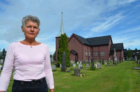 BILFRI: Kirkeverge Anne Margrethe Øwre håper bilister vil holde seg unna kirkegården.