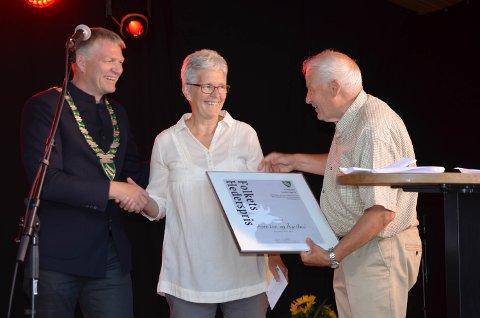 Overrasket: Anne Lise og Åge Hval fikk overrakt hedersprisen av ordfører Terje Hoffstad (t.v.).