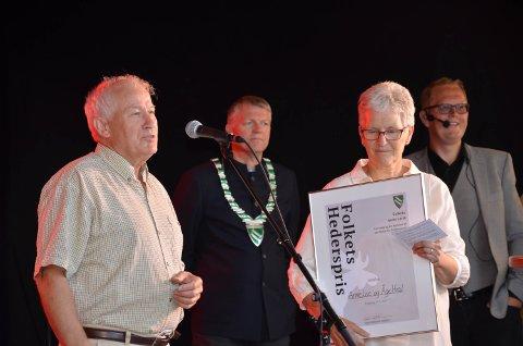 Hederspris: Åge og Anne Lise Hval i forgrunn, ordfører Terje Hoffstad og leder for Kaupangrmart'n Tom Bjarne Ulvmoen bak.