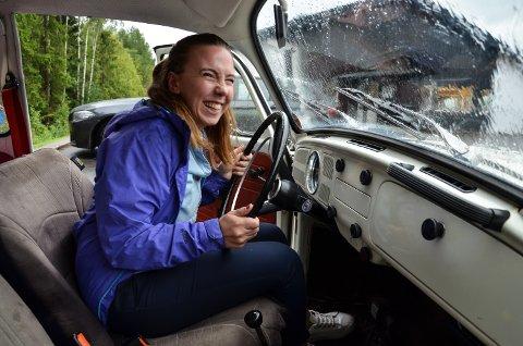 ARTIG: Ingen tvil om at Kristine Johnsen synes det er artig å kjøre rundt i sin egen Herbie.